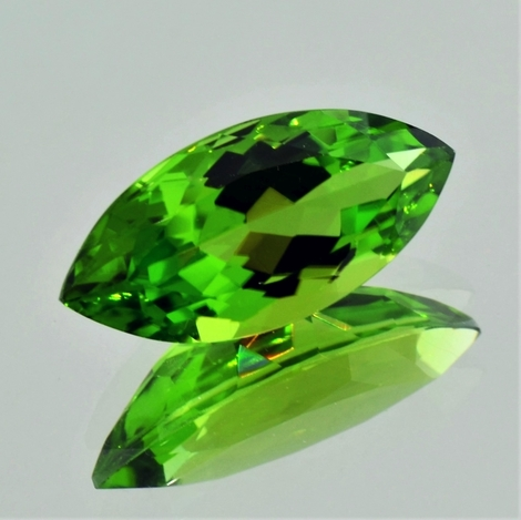 Peridot, Navette facettiert (13,02 ct.) aus Pakistan