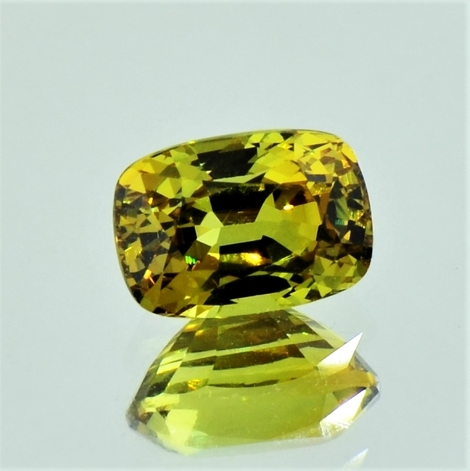 Mali-Garnet cushion yellowish green 3.05 ct